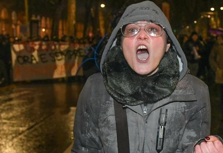 professoressa_contro_poliziotti_video