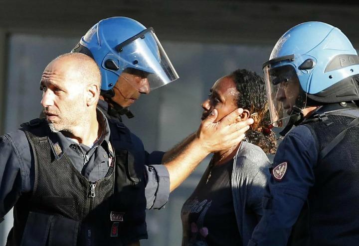 roma_migranti_scontri_polizia_lapresse_2017