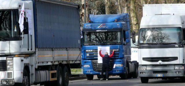 sciopero_tir_camion_autostrasportatori_protesta_strada_lapresse_2017