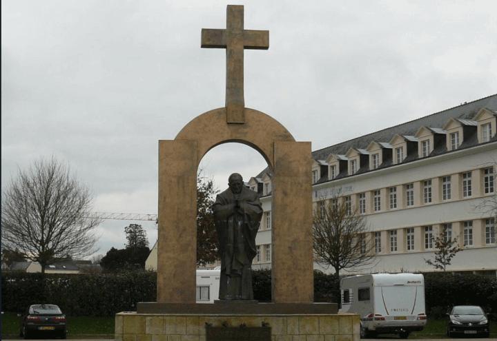 statua_croce_giovanni_paolo_wojtyla_francia_twitter_2017