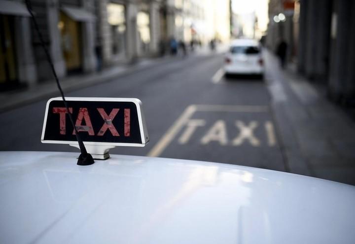 taxi_rosso_lapresse