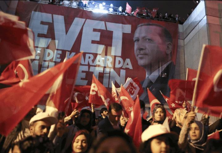 turchia_elezioni_folla_erdogan_lapresse_2017