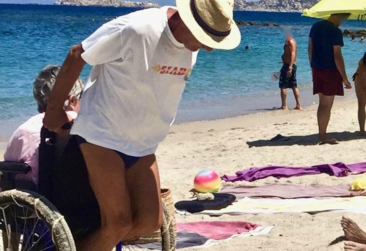 uomo_moglie_carrozzina_spiaggia_facebook_2017