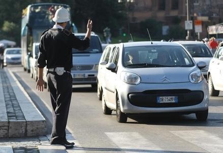 Automobile_citta_traffico_vigile_R439