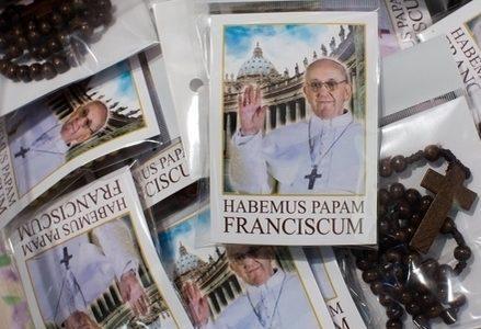 Bergoglio_Papa_Francesco_RosarioR439