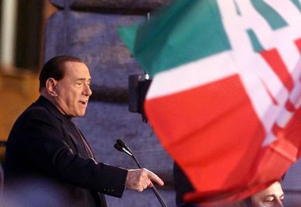 Berlusconi_bandiera_comizioR439