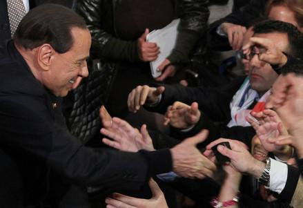 Berlusconi_folla_maniR439