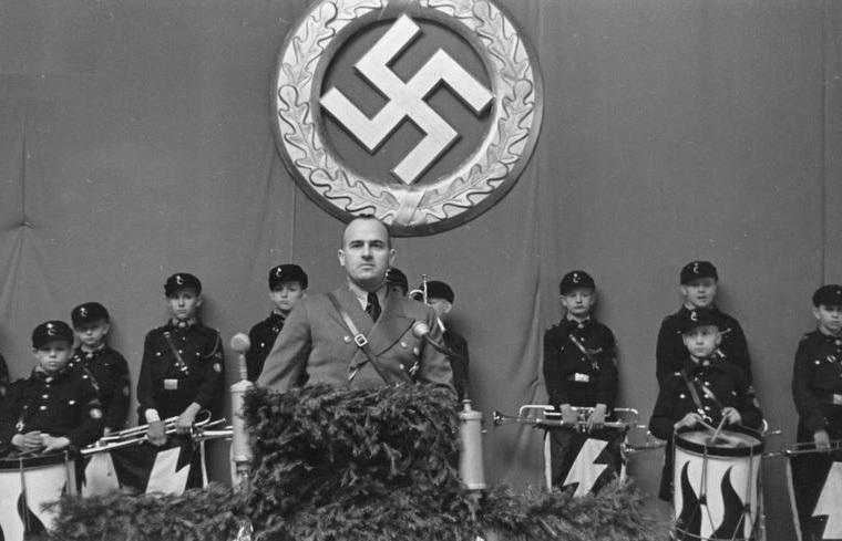 Hans_Frank_addresses_Hitler_youth_in_a_speech_in_Tomaszow_Mazowiecki