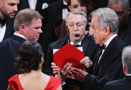 Oscar2017_Busta_R439