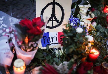Parigi_Attentati_FioriLuminiR439