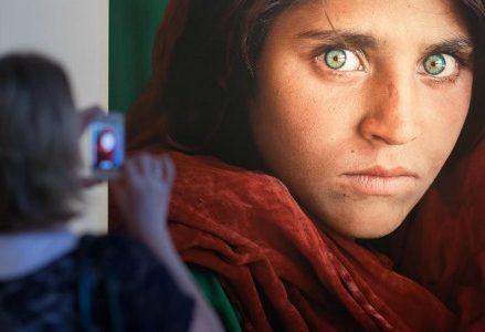 Steve_McCurry_foto_ragazza_afghana_shartat_bibi_rifugiati_profughi_migranti