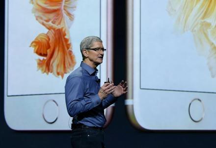 apple_timcook_iphoneR439