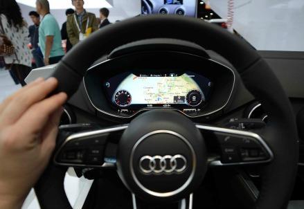 auto-volante-cruscotto-tecnologia
