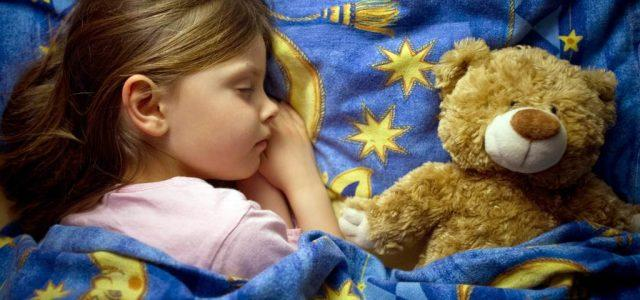 bambina_dorme_orso
