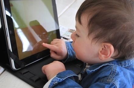 bambino_computer_televisioneR439