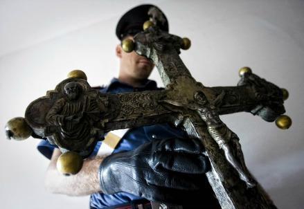 crocifisso_croce_violenza_danni_carabinieri