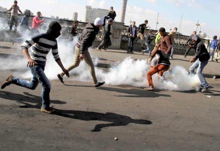 gas-lacrimogeni-cairo-egitto