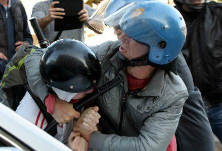 infophoto_2012-11-14_sconri_manifestazione_corteo_studenti_polizia_R439
