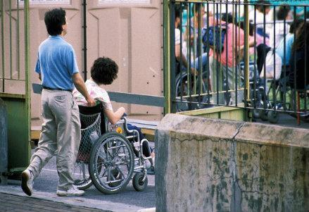 infophoto_portatori_di_handicap-handicappati-disabile_carrozzella_R439