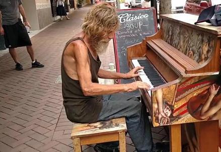 pianista_homeless_R439