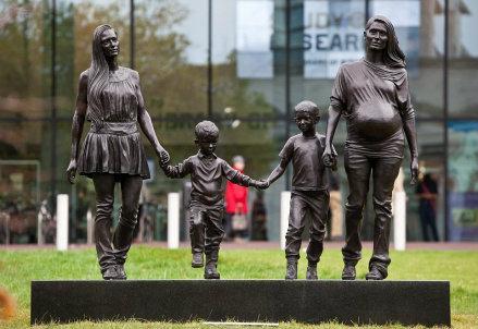 scultura_famiglia_gay_R439