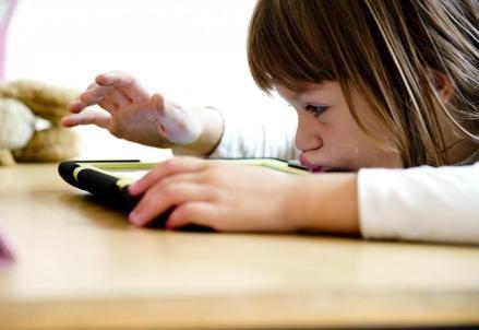 scuola_bambina_computer1R439