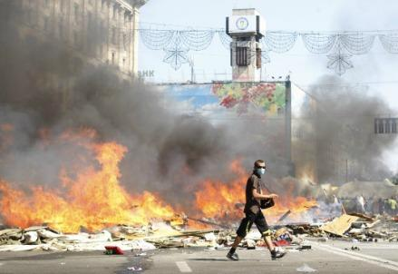 ucraina_kiev_piazza_indipendenza_fiamme