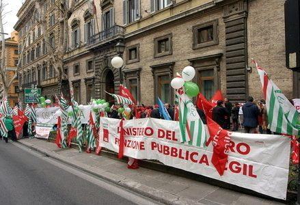 Sindacati_Protesta_Manifestazione_StriscioneR439