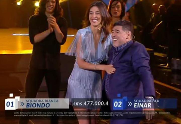 Belen Rodriguez balla con Maradona/ Video, Serale di Amici ...