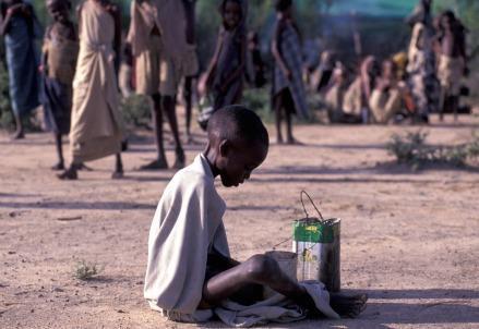 campo-profughi-rifugiati-sfollati-bambino-affamato-somalia-carestia-siccita