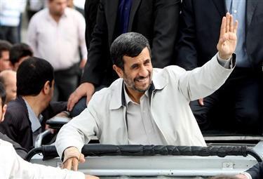 Ahmadinejad_saluto_follaR375