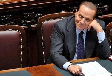 BerlusconiSorridenteCamera_R375
