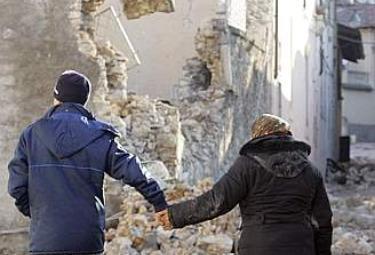 Terremoto_Abruzzo_ManoR375
