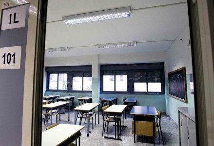 aula-scuola-educazione-banchi