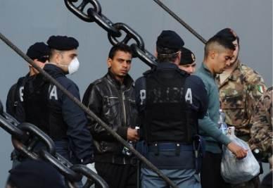 immigrati_sbarchi_poliziaR400