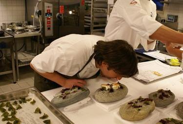 Ristoranti il migliore al mondo in danimarca premiata la cucina creativa a km 0 del noma che - Migliore cucina al mondo ...