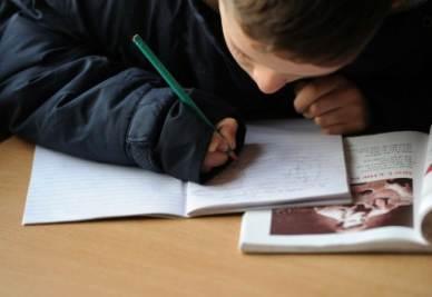 scuola_bambino_compitoR400