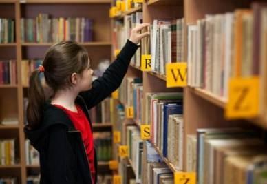 scuola_studentessa_bibliotecaR400