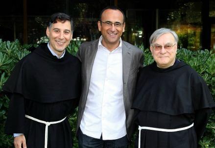 infophoto_carlo_conti_con_frati_francescani_con_il_cuore_R400