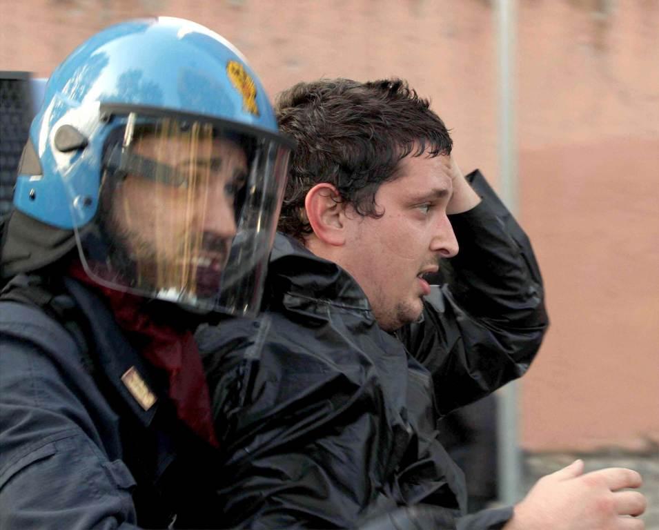 poliziotto_manifestante