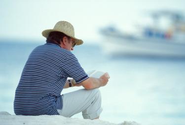 uomo_libro_spiaggia_R375
