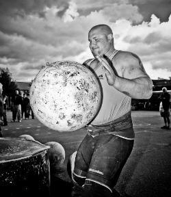 giocatore con grande palla di pietra