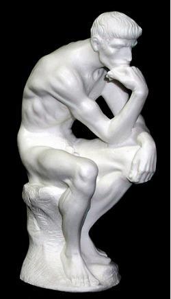 statua di uomo pensante in marmo bianco