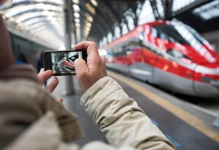 Treno-altavelocita_smartphone_Lapresse