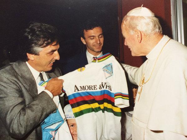 Il Papa con Fanini e Golinelli, campione del Mondo su pista