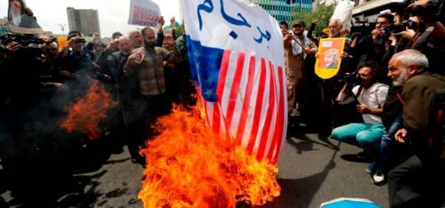 Bandiere Usa bruciate in Iran