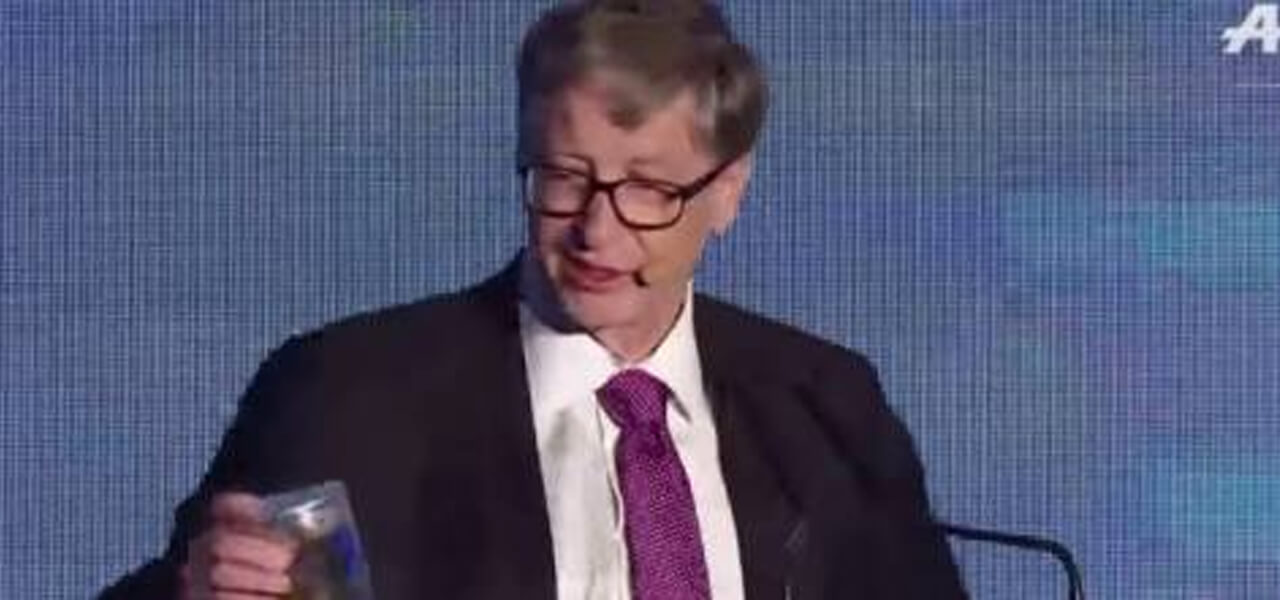 Bill Gates con un barattolo di feci