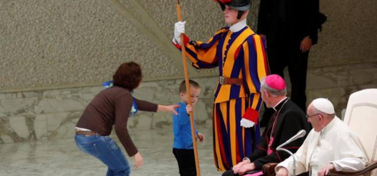 Bambino, guardia svizzera e Papa Francesco