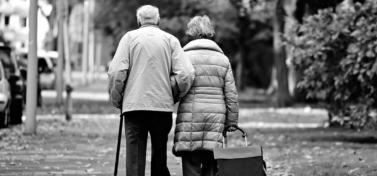 Coppia di anziani mano nella mano