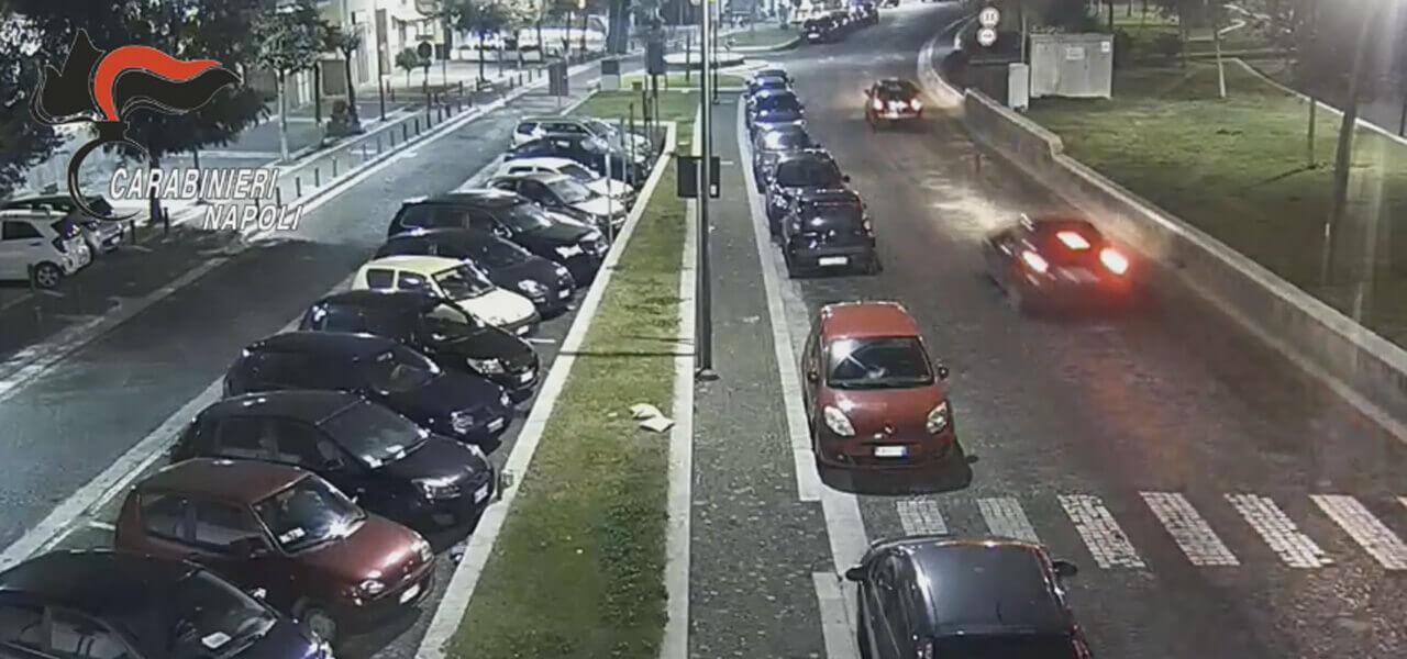 Pozzuoli, folle corsa fra due auto